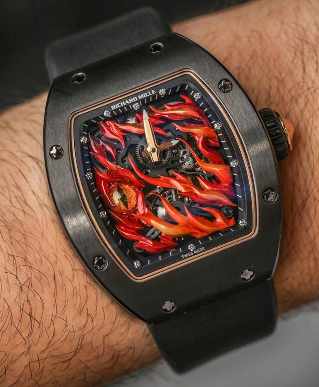 Chiếc đồng hồ xa xỉ Richard Mille RM 26-02 với 3 con mắt Evil Eye đang được giới sưu tập đồng hồ săn đón. Chiếc đồng hồ này có giá niêm yết khoảng 13 tỷ đồng nhưng trên thị trường hiện tại, giá rẻ nhất để bạn có thể sở hữu nó gấp 1,5 lần giá niêm yết.