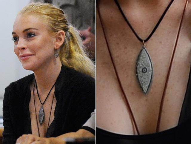 Nữ diễn viên, ca sỹ người Mỹ Lindsay Lohan đeo biểu tượng Evil Eye trong ngày cô đi hầu tòa khi sự nghiệp bị trượt dốc bởi nổi tiếng khi quá trẻ